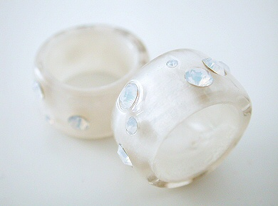 pearly resin band ring with rhinestones